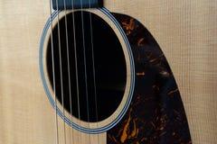 Строки и ядровое отверстие акустической гитары стоковое фото rf