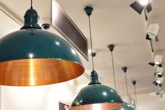 Строки ламп на потолке и ярлыка для надписи пусты, например кассовый сбор надписи стоковая фотография