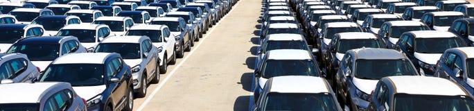 Строки новых автомобилей стоковые фотографии rf