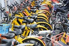 Строки общественных арендных велосипедов, Китая Велосипед-публикация системы стоковое фото