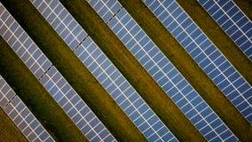 Строки панелей солнечных батарей на поле стоковое фото rf