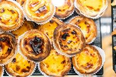 Строки пирога яичка, традиционного португальского десерта, pasteis de nata, пирогов заварного крема Кафе на улицах Лиссабона стоковое фото