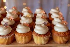 Строки пирожных осени тематических в установке свадьбы, украшенном w стоковые фото