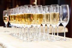 Строки полных стекел шампанского или игристого вина Стоковые Изображения RF