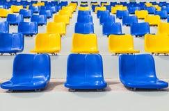 Строки пустых голубых и желтых пластичных мест в стадионе Стоковое фото RF