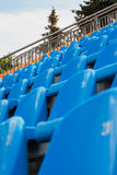Строки пустых стульев на футбольном стадионе Стоковые Изображения