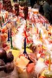 Строки пластичных чашек заполнили с частями плодоовощ готовыми для consumpt Стоковые Фото
