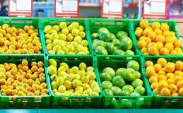 Строки свежих цитрусовых фруктов в моле Стоковое Изображение RF