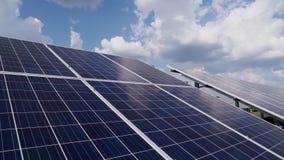 2 строки солнечных панелей кремния на предпосылке голубого неба с облаками Станция солнечной энергии сток-видео