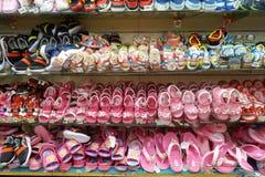 Строки стильных ботинок детей на шкафе Стоковая Фотография