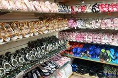 Строки стильных ботинок детей на шкафе Стоковые Изображения