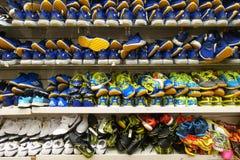 Строки стильных ботинок человека на шкафе Стоковые Фотографии RF