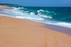 2 строки следов ноги на рае песка приставают к берегу в Tangall Стоковое Изображение