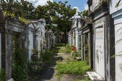 Строки усыпальниц на кладбище Лафайета никаком 1 в городе Нового Орлеана, Луизиана Стоковая Фотография RF