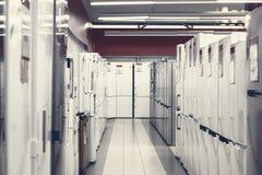 Строки холодильников в магазине прибора стоковые фотографии rf