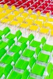 Строки ярких стульев цвета аранжировали в конференц-зале готовом к si стоковое изображение