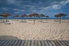 Строки loungers и зонтиков солнца на пляже tavira Португалии Стоковые Фото