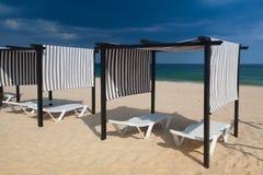 Строки loungers и зонтиков солнца на пляже tavira Португалии Стоковая Фотография RF