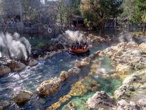 Стропилины наслаждаясь бегом реки гризли, парком приключения Дисней Калифорнии Стоковая Фотография RF