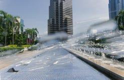 Строящ перед фонтаном в основном квадрате дела в Куалае-Лумпур, Малайзия стоковое изображение