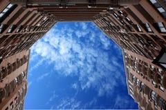 строя башня пасмурного неба Стоковое Изображение
