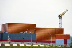Строя большая конструкция торгового центра, покрашенные линии на стене, городе, уникально дизайне, кране, развлекательном центре, Стоковая Фотография