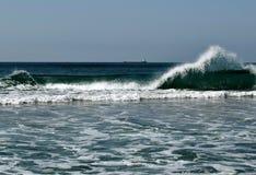 Строя волна и корабль Стоковая Фотография RF
