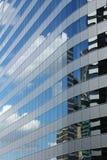 строя высокое рефлекторное небо подъема стоковая фотография rf