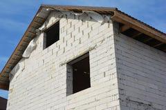 Строя конструкция нового дома с газированным фасадом бетонных плит, комнатой чердака, толем металла стоковые фото