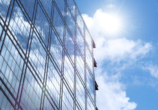 строя корпоративная стеклянная стена солнца отражения стоковая фотография
