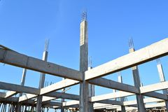Строя место стройки и голубое небо стоковые фото