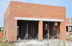Строя новый гараж кирпича Конструкция гаража стоковое фото