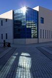 строя самомоднейшие окна солнца офиса стоковое фото rf
