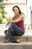 строя сидя детеныши женщины шагов Стоковые Фотографии RF