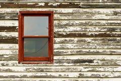 строя старая краска слезая красное окно стоковое изображение rf