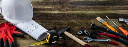 Строя шлем и профессиональные инструменты оборудования на предпосылке DIY деревянной стоковое изображение rf