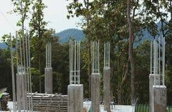 Строя штендер поляка со стальным & конкретным под конструкцией стоковые фото