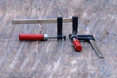 2 струбцины плотно обжали совместно размещенный на деревянной верхней части Стоковые Фото