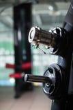 Струбцины штанги металла на держателе Clampings гантели на запачканной предпосылке спортзала Оборудование спортзала Разминка подн Стоковая Фотография