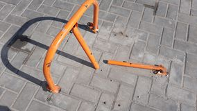 Структура апельсина железная подобная к штепсельной вилке и тени на мостоваой стоковая фотография rf