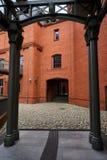 Структура металла аркады и кирпичная стена в старом винзаводе Стоковое Изображение RF