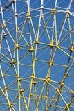 Структура металла колеса Ferris против предпосылки голубого неба Стоковые Фотографии RF
