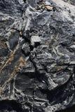 Структурная трассировка на темном камне стоковая фотография rf