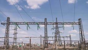 Структуры электротехники на электростанции Высоковольтные провода на поддержках вычерченная изолированная рука выравнивает белизн видеоматериал