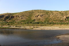 Струма реки, холмы горы и голубое небо в жаре Стоковая Фотография RF