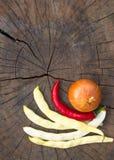 стручки белых фасолей, перца красных чилей и лука Стоковое Фото