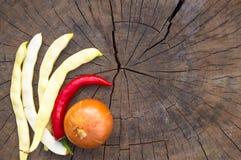 стручки белых фасолей, перца красных чилей и лука Стоковые Фотографии RF