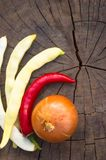 стручки белых фасолей, перца красных чилей и лука Стоковые Изображения
