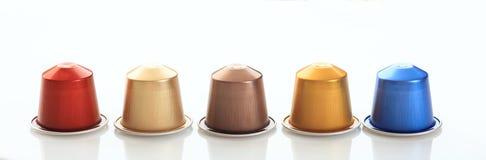 Стручки кофе эспрессо изолированные на белой предпосылке, взгляде с деталями, знамени крупного плана Стоковое Изображение RF