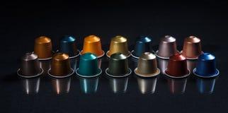 Стручки кофе эспрессо изолированные на черной предпосылке, взгляде с деталями, знамени крупного плана Стоковые Фото